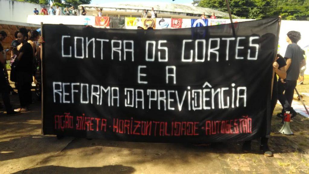 Cerca de 25 mil pessoas manifestam contra o corte de verba na educação, em Goiânia