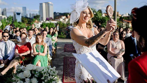 Mulher se casa com ela mesma em Minas Gerais e atrai seguidores da 'sologamia'
