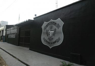 Presos do semiaberto são baleados na entrada de presídio, em Itaberaí