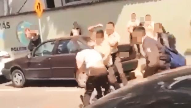 Colegas filmam briga entre alunos de colégio militar em Goiânia; veja o vídeo