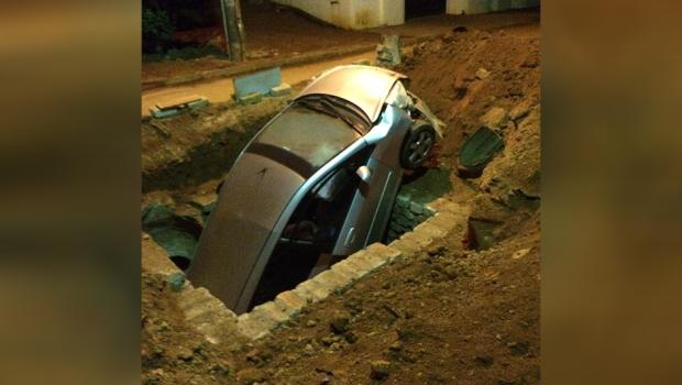 Carro cai dentro de galeria pluvial aberta no Setor Gentil Meireles, em Goiânia
