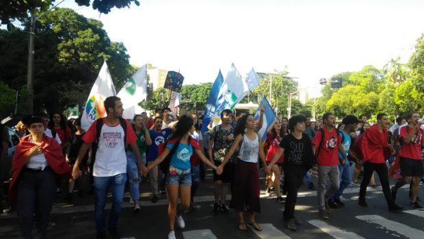 Estudantes protestam contra aumento da tarifa de ônibus e restrição do passe livre, em Goiânia