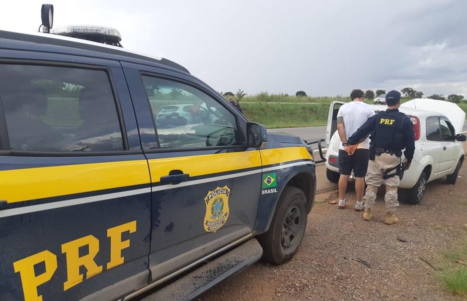 PRF apreende droga escondida em assoalho de carro na BR-060, em Brasília