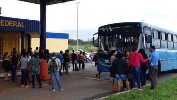 Após denúncias de usuários, PRF aborda ônibus com superlotação na BR-070