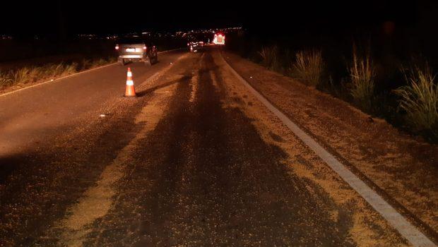 Pneu de carreta estoura, derrama soja e provoca acidentes na BR-153 em Anápolis
