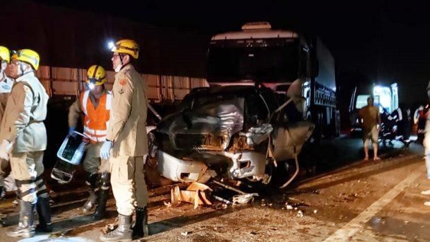 Acidente entre três caminhões e uma caminhonete deixa cinco feridos, em Catalão
