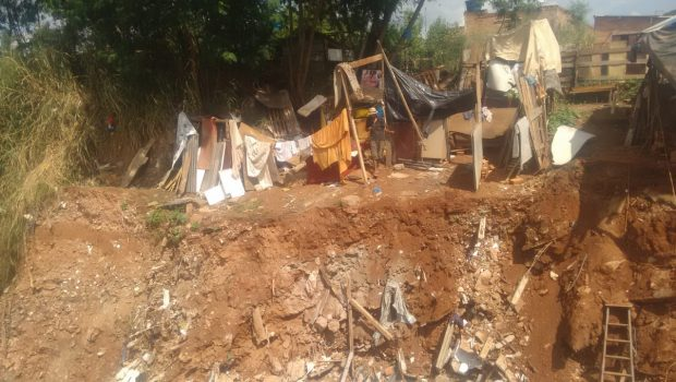 Casa desmorona em área de risco após chuva, no Jardim Novo Mundo