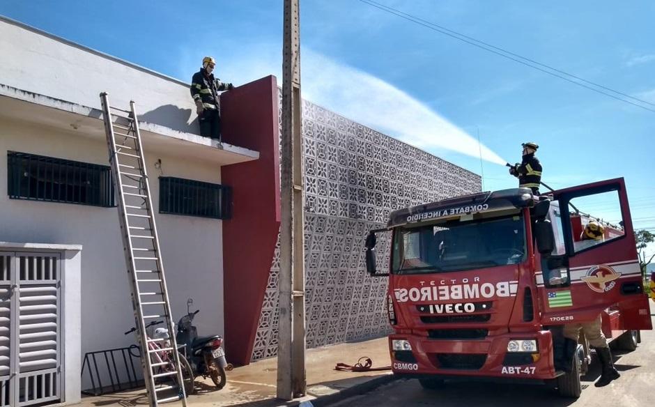 Bombeiros combatem incêndio em restaurante de Formosa
