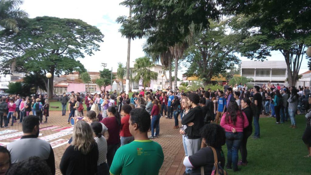 Trabalhadores em Educação protestam em todo o Estado contra cortes e previdência