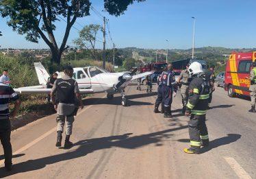 Avião faz pouso de emergência na GO-070 em Inhumas
