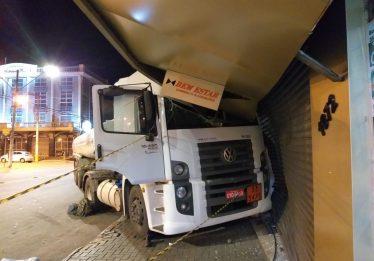 Motorista morre após sofrer mal súbito e bater caminhão contra loja, em Goiânia