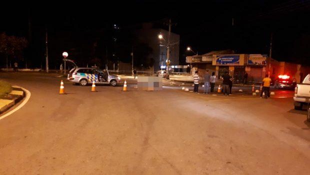 Polícia procura por motociclista que atropelou entregador de comida