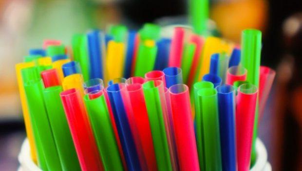 Sancionado projeto de lei que proíbe canudos de plástico em comércios de Goiânia
