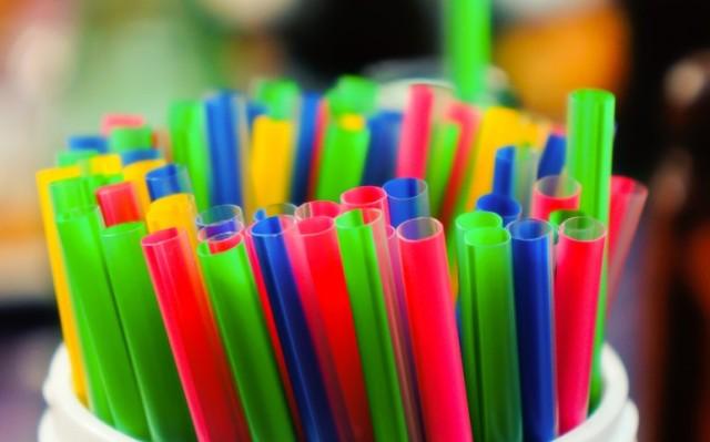 PL que proíbe uso de canudos plásticos em Goiânia é aprovado em segunda votação