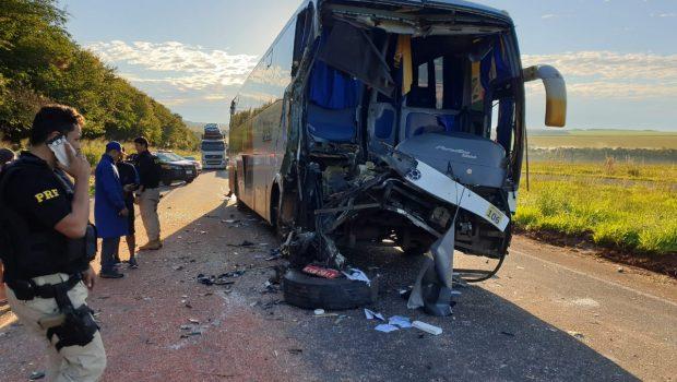 Acidente entre ônibus e caminhão deixa 11 feridos na BR-060 em Jataí