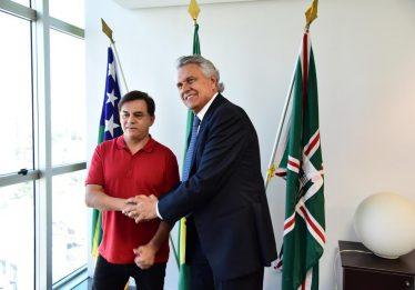Cantor Chitãozinho aceita convite de Caiado e se torna 'Embaixador do Rio Araguaia'
