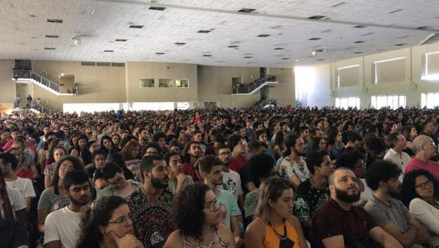 Assembleia universitária reúne 5 mil pessoas na UFG contra o corte de verbas na educação