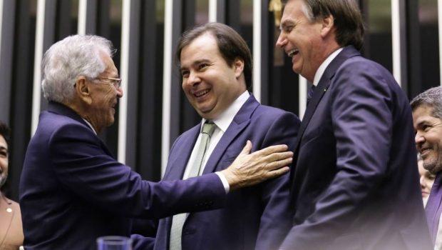 Bolsonaro vai a pé do palácio à Câmara homenagear humorista do SBT