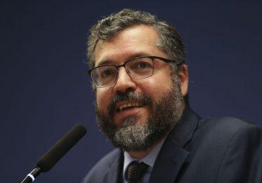 Araújo assinou documento para contratar funcionário sem diploma com salário de até R$ 34 mil