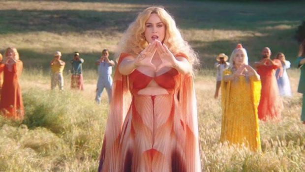 Katy Perry fala da era de Aquário e de medicina alternativa em novo clipe