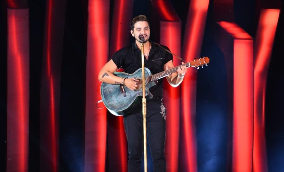 Cantor Luan Santana canta