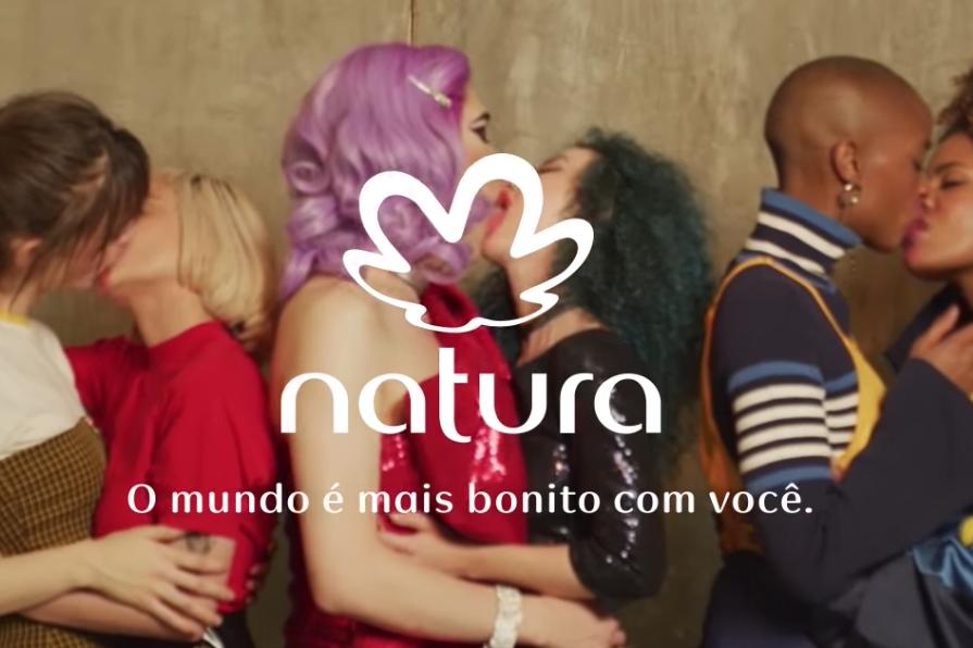 Internautas propõem boicotar Natura por campanha com beijo entre mulheres