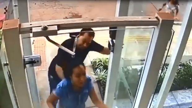 Justiça alega falta de elementos e solta pai que foi filmado cortando filha com facão