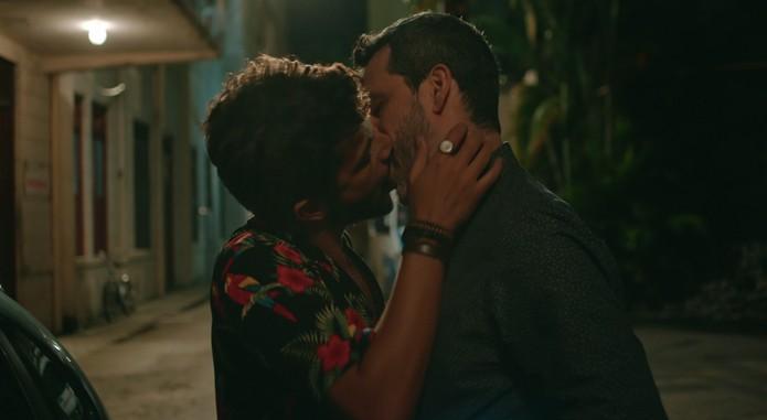 Globo exibe beijo gay em 'Sob Pressão' no dia em que STF criminaliza homofobia