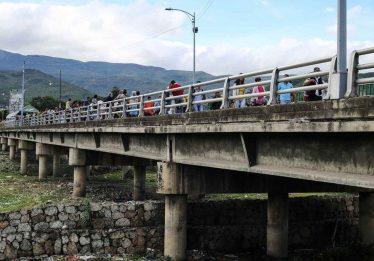 Venezuela reabre fronteira com a Colômbia e milhares se dirigem ao país vizinho