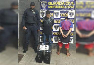 Dupla é presa após furtar eletrônicos e lâmpada de escola municipal, em Goiânia