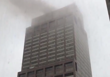 Piloto morre em colisão de helicóptero com prédio em NY