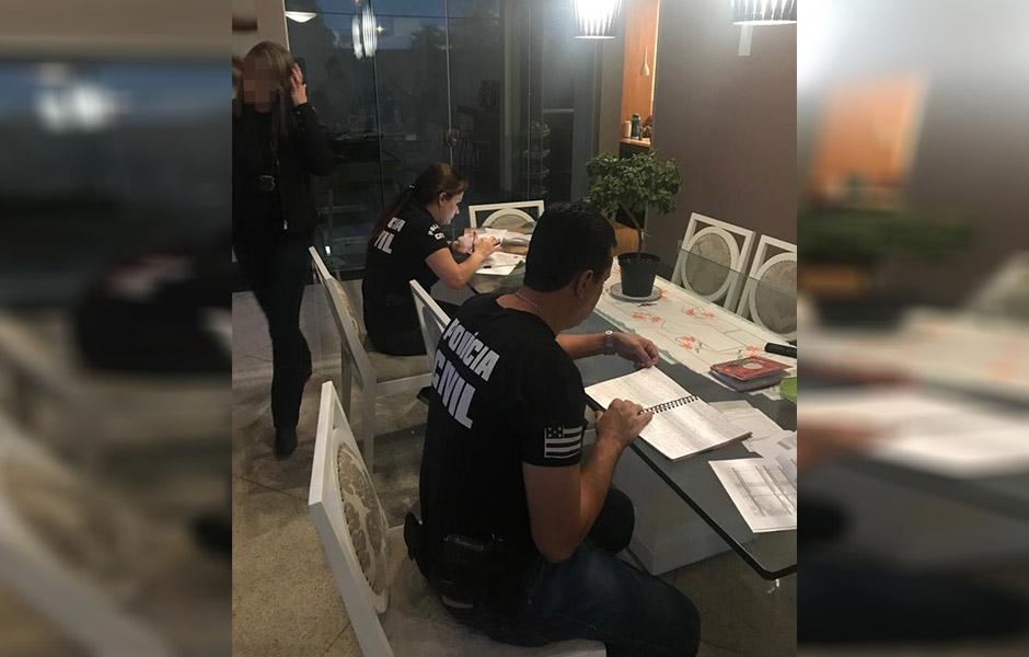 Agentes analisam documentos e anotações encontradas na residência do empresário (Foto: Divulgação / PC)