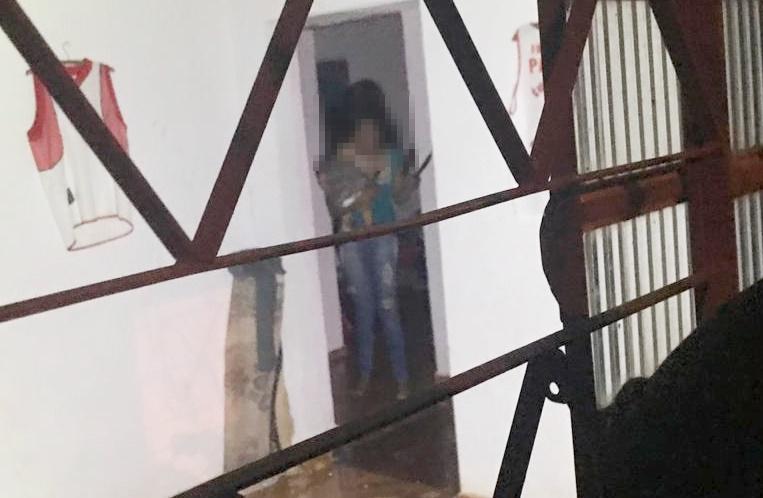 Em surto e com duas facas, mãe ameaça de morte filha de 9 meses em Aparecida