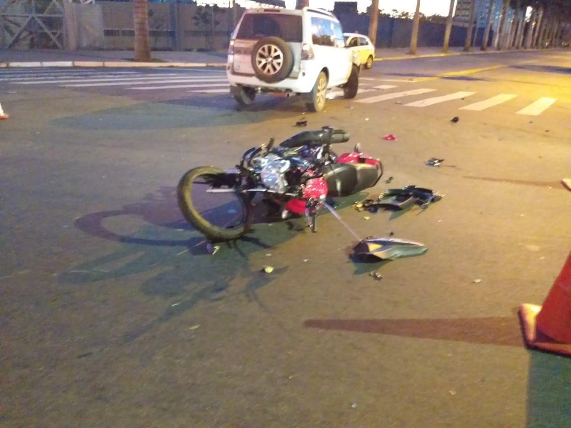 Motociclista fica ferido após colidir com carro, na Av. Paranaíba, em Goiânia