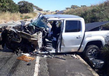 Acidente entre camionete e caminhão deixa dois feridos, em Goiás