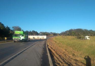 Carreta carregada de etanol tomba em Morrinhos e BR-153 fica totalmente interditada