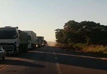 Acidente na BR-153, próximo a Jaraguá, deixa uma pessoa morta e outra ferida; pista está parcialmente interditada