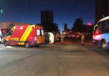 Ao menos três vítimas são socorridas após acidente entre van e ônibus, em Goiânia