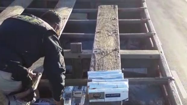 PRF apreende caminhões com 750 mil maços de cigarros ilegais em Jataí