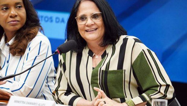 Site de namoro oferece assinatura vitalícia para ministra Damares Alves