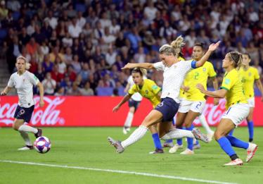 Na prorrogação, França vence Brasil por 2 a 1 e avança na Copa do Mundo