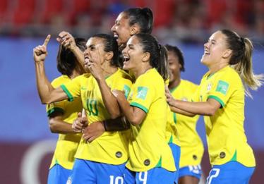 Brasil bate Itália com gol histórico de Marta e avança às oitavas do Mundial