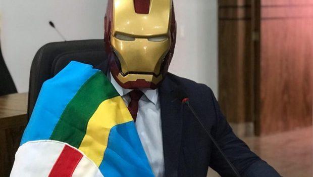 Vereador de Caldas Novas vai ao plenário com máscara de Homem de Ferro