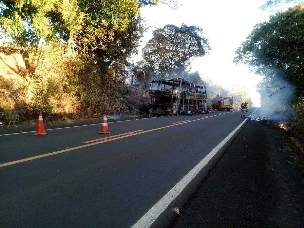 Veículo ficou completamente destruído pelas chamas (Foto: Divulgação/ Corpo de Bombeiros)