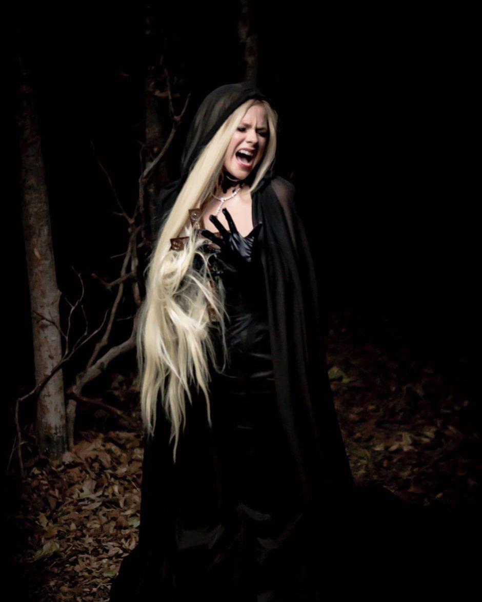 Avril Lavigne no clipe de I Fell In Love With The Devil