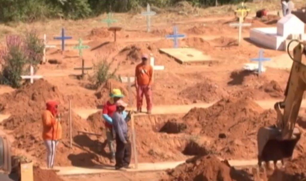 Covas são preparadas para receber corpos dos mortos no massacre em Altamira (Foto: reprodução/JL2)