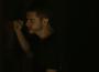 Camilo (Lee Taylor) quer dormir com Vivi (Paolla Oliveira) e esmurra a porta do quarto, que se mantém trancada. — (Foto: TV Globo)