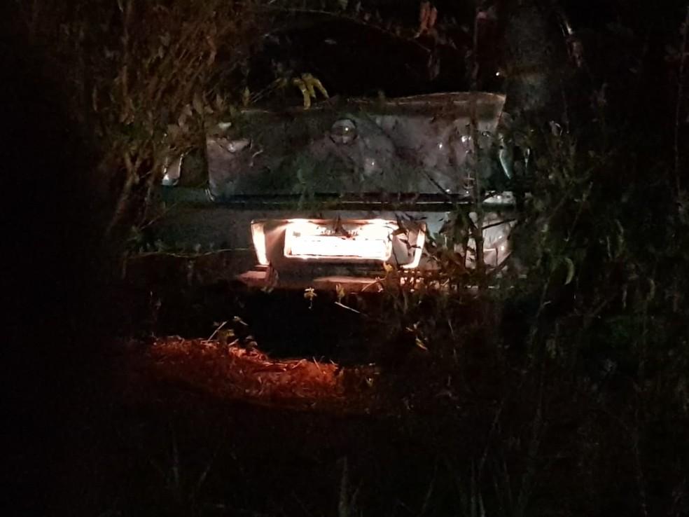Carro do cantor Jota foi parar em uma matagal após a batida ( Foto: PRF/Divulgação)