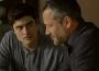 Em 'A Dona do Pedaço', Leandro (Guilherme Leicam) encontra Agno (Malvino Salvador) desolado após o fora que tomou de Rock (Caio Castro) — (Foto: TV Globo)