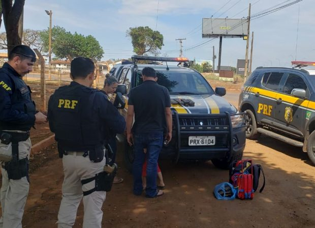 Pai e mãe transportavam dois quilos de cocaína na mochila do filho (Foto: PRF-GO)